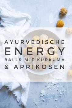 Rezept: Ayurvedische Energiekugeln mit Aprikosen, Mandeln & Kurkuma (vegan) These Ayurvedic energy balls are a super healthy snack. They consist of turmeric, apricots and almonds and are simply delicious. Apple Smoothies, Healthy Smoothies, Smoothie Recipes, Healthy Snacks, Ayurveda Lifestyle, Yoga Lifestyle, Vegetarian Lifestyle, Energy Balls, Power Balls
