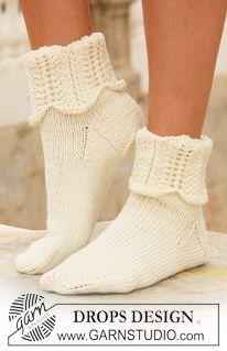 """DROPS sokker i """"Merino Extra Fine"""" med bølgemønster på skaftet. ~ DROPS Design"""