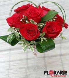 Aranjament masa trandafiri rosii si wax flowers