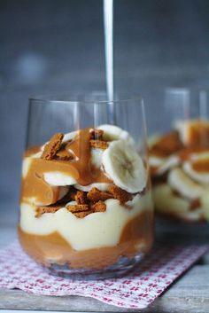 Kaupallinen yhteistyö: Arla Banoffee on vähintäänkin klassikkoherkku, joka tarjoillaan yleensä piirakan muodossa. Näin joulun alla ja Arlan Luomu Täysmaidon kanssa luodun kampanjan seurauksena puin banoffeen uusiin vaatteisiin: banoffee-vanukkaaksi! Banoffee-vanukkaassa maistuvat rouheat piparinmurut ja tuttu banaanin... I Love Food, Good Food, Yummy Food, Dessert Drinks, Dessert Recipes, Wine Slushie Recipe, Xmas Desserts, Flan, Banoffee