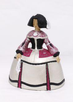 Menina decorada a mano, con strass. En dos tamaños. Ceramic Figures, Various Artists, Sculpture, Dolls, Christmas Ornaments, Disney Princess, Holiday Decor, Disney Characters, Crochet