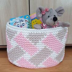 No photo description available. Diy Crochet Basket, Crochet Bowl, Crochet Basket Pattern, Knit Basket, Crochet Yarn, Basket Weaving, Crochet Stitches, Crochet Patterns, Latch Hook Rugs