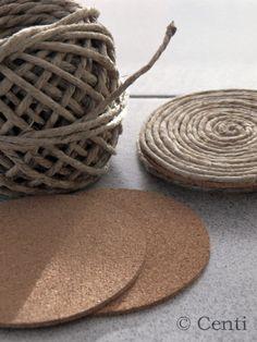 Ein kleines Bastelprojekt für zwischendurch.                           Ihr braucht:   runde Korkscheiben  Paketschnur ode...