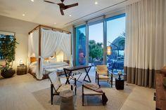 Grande chambre au lit à baldaquin donnant sur la terrasse