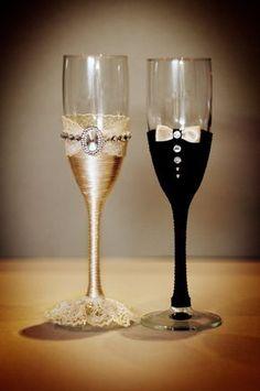 Copas de boda elegante en un tallo largo se ejecutan en estilo de la novia y…