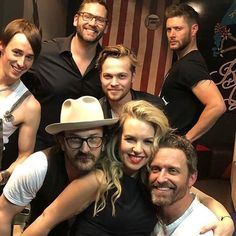 Everyone smiling and standing together. and then there's Jensen posing Supernatural Convention, Supernatural Jensen, Supernatural Seasons, Familia Winchester, Sam Winchester, Alexander Calvert, Richard Speight, Bobby Singer, Jared Padalecki