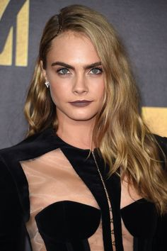 When it comes to beauty inspiration, Cara Delevingne is much more than her full eyebrows. Her look at the MTV Movie Awards was a prime example. Fall Winter Hair Color, Fall Hair Colors, Cool Hair Color, Mtv Movie Awards, Make Up Looks, Winter Hairstyles, Cool Hairstyles, Hairstyle Ideas, Color Cafe Cabello