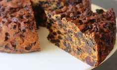 Healthy Three Ingredient Recipes That Don't Suck This 3 ingredient fruit cake recipe just seems impossible until you see the result come out of the oven and can enjoy a delicious moist fruit cake. 3 Ingredient Fruit Cake Recipe, Three Ingredient Recipes, Boiled Fruit Cake, Vegan Fruit Cake, Moist Fruit Cake Recipe, Sugar Free Fruit Cake, Healthy Cake, Christmas Dishes, Christmas Baking