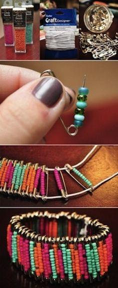 Pulseira fácil de fazer! Você que gosta de fazer bijuterias divirta-sefazendo essa linda pulseira! Material: elastex alfinetes miçangas nas suas...