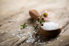 Before modern medicine, there was natural pain relief. Here are some natural pain remedies that you can make at home with a few ingredients on hand. Epsom Salt Benefits, Epsom Salt Uses, Smoothies Detox, Comidas Light, Salt Of The Earth, Coarse Salt, Natural Pain Relief, Few Ingredients, Natural Home Remedies