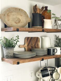 Do you struggle to maintain beautiful and practical open shelving? Today I'm share easy tips for styling kitchen open shelving for the winter season fromhousetohaven kitchenopenshelving openshelving modernfarmhousekitchen Kitchen Shelf Inspiration, Sweet Home, Modern Farmhouse Kitchens, Open Kitchens, Farmhouse Style, Farmhouse Decor, Küchen Design, Design Ideas, Design Trends