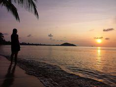 """Oletko suuntaamassa Thaimaan Koh Samuille tai mietitkö millaisia vaihtoehtoja täällä on ylipäänsä? Minne mennä ja mitä tehdä Koh Samuilla, missä vierailla, missä ruokailla? Missä nähdä kaunein auringonlasku ja missä kerätä seksikkäin """"bruna""""?  Listaamme muutaman meidän mielestämme parhaan paikan, jotka kannattaa vierailun aikana huomioida tai käydä kurkkaamassa.  #KohSamui #Thaimaa #Vegaani #Ulkosuomalainen #Matkalla #SuuntanaThaimaa #KoSamui"""