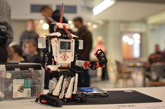 Aika symppis robottikaveri vai mitä? Koko perheen koodaustapahtumassa Tietomaassa sai koodaamisen lisäksi tuhdin tietopaketin myös roboteista. Luuppi, Oulu (Finland)