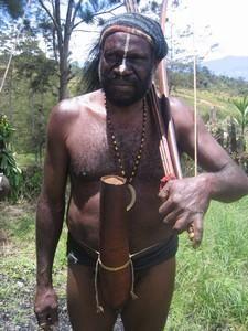 Dani en Papua, Indonesia. Con la tradicional coteca.