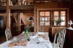 Très lumineuse, la salle à manger profite d'une vue sur les montagnes alentours