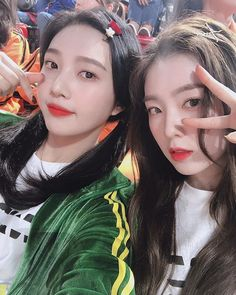 Joy shows off her extra side by hilariously annoying Irene with her sexy dancing Seulgi, Kpop Girl Groups, Korean Girl Groups, Kpop Girls, Anime Girls, Red Velvet Joy, Red Velvet Irene, Kim Yerim, Korean Singer