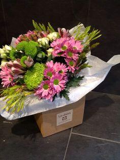 Caja de cartón con bouquet de flores