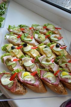 Szybkie dania obiadowe i kolacje czyli co na obiad?: Catering w Łodzi na party … Quick lunch dishes and dinners, so what's for dinner ?: Catering in Lodz for a party – FrykasyAnanasy. Finger Food Appetizers, Appetizers For Party, Appetizer Recipes, Party Fingerfood, Party Food Platters, Meat Cheese Platters, Meat Trays, Food Garnishes, Cooking Recipes
