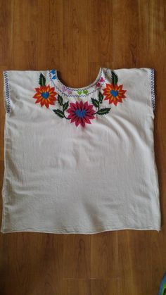 hippie embroidered flower and hearts Mexican style blouse Mexican Embroidery, Hand Embroidery Patterns, Textile Patterns, Textiles, Embroidered Clothes, Embroidered Flowers, Fabric Paint Shirt, 70s Hippie, Folk Clothing