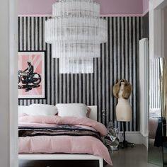 Hollywood glamour, 1920s luxury, art deco delight... call it what you want, but this bedroom decor is packed with personality by the luxurious finishing touches