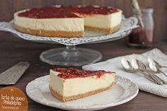 Una receta fácil para hacer tarta de queso casera. Aprende a hacer tarta de queso Philadelphia paso a paso. Verás que esta tarta es riquísima y súper sencilla.