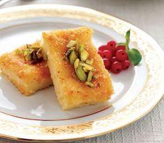 Bir tür irmik helvası olan ishakiye, geleneksel bir Osmanlı mutfağı tatlısıdır. Damla sakızı badem ve fıstık ile hazırlanan klasik bir tarifi ise şöyle...