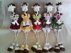 Girafinha confeccionada em tecido 100% algodão, para decoração. Tecidos sujeitos a disponibilidade! O valor é referente à 01 unidade. Ela tem por volta de 47 cm da cabeça ao pés. R$ 30,00