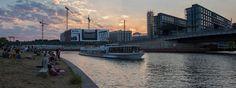 Schifffahrt am Abend durch Berlin auf der Spree. Tolle Sightseeing Tour für Berliner und Berlin-Besucher.