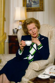 Margaret Thatcher's 6 Most Famous Style Rules 1987 Fashion, The Iron Lady, American First Ladies, British Prime Ministers, Women In History, Uk History, British History, Famous Women, Famous People