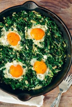 Fried Eggs with Spinach. Fried Eggs with Spinach is an easy dish you can make in one pan. Packed with great flavors and nutritious foods. You just need 6 ingredient. Healthy Dinner Recipes For Weight Loss, Healthy Recipes, Healthy Foods To Eat, Soup Recipes, Diet Recipes, Healthy Snacks, Healthy Eating, Brunch Recipes, Fried Egg Recipes