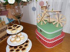 O Papai adora andar de bicicleta, então não podia faltar uma bike nessa decoração.As maletas de cartonagem da parceira Arte by Galante