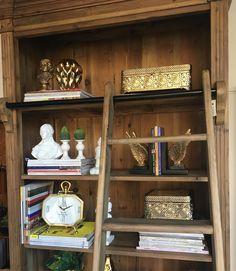 Nossa estante com escada mais que charmosa faz toda diferença na decoração da sua casa. Pode estar no quarto escritório no estar com seus achados de viagem! Que tal? Amei detalhes que fazem a diferença!