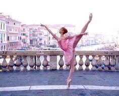Ballerina in Venice, Italy. #Ballet_beautie  #sur_les_pointes  * Ballet_beautie, sur_les_pointes *