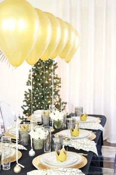 This Black & Gold Christmas dinner party tablescape has a Balloon Centerpiece that will wow your guests! dinner party Table Setting with Balloons Centerpiece - Celebrations at Home New Years Eve Dinner, New Years Party, Birthday Table, Birthday Dinners, Diy Birthday, Christmas Table Settings, Holiday Tables, Décoration Table Nouvel An, Deco Nouvel An