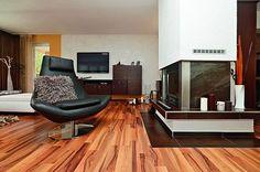 V obývacím pokoji lze za zimních večerů přitápět krbem.