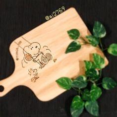 ai2769・ 番外編。 ・ 先日 作ったボード。 ・ こちらはインスタで 仲良くしてもらってる 方へのプレゼント用。 ・ 裏面にも書いてあるので リバーシブルですよん。 でも…裏はまた後日(笑) ・ ウッドバーニングが 楽しすぎて困る。 ✩ ✩ ✩ #カッティングボード#ウッドバーニング #手作り#プレゼント用#スヌーピー#ボード #まな板#board#cuttingboard#snoopy #woodburning#present#handmade #喜んでもらえてよかった〜( ´罒`*)