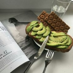 Avocado Toast Easy Office Breakfast Ideas On The Go Breakky Inspo Low Calorie Healthy Food Brunch Inspo Cute Food, Good Food, Yummy Food, Healthy Food, Think Food, Aesthetic Food, Avocado Toast, Avocado Breakfast, Avocado Food