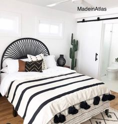 Earthy Bedroom, Airy Bedroom, Minimal Bedroom, White Bedroom, Bedroom Inspo, Bedroom Decor, Bedroom Ideas, Black And Cream Bedroom, Deco Boheme Chic