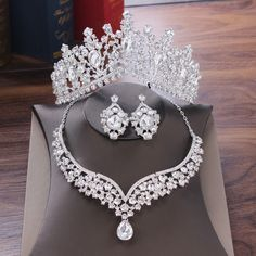 Bride Tiara, Silver Tiara, Bridal Jewelry Sets, Jewelry Party, Bridal Jewellery, Wedding Jewelry, Wedding Dress Accessories, Women's Accessories, Crystal Crown