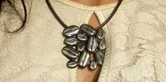 BLACKSMITH. Colgante granos de café - Grains of coffee pendant. Silver and leather. www.stimuls.es/tiendaonline