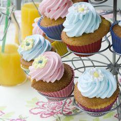 Εύκολη συνταγή για αφράτα, πεντανόστιμα cupcakes, φτιάξτε σε μόλις 20 λεπτά τα πιο λαχταριστά κεκάκια με επικάλυψη μαρέγκας.