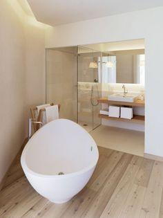 Badezimmer mit Holzboden und weißer Wanne <3