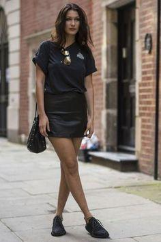 Jupe bella hadid style de célébrité style de célébrité mini jupe jupe noire jupe en cuir baskets noir sneakers t-shirt noir t-shirt sac bouchon sac sac noir lunettes de soleil lunettes de soleil miroir