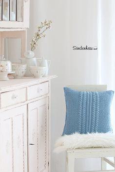 Wunderbares Kissen mit aufwendigen Zopfmuster beidseitig Handgestrickt. 40x40 ohne Inlett. 100% Baumwolle Farbe: blau Waschbar bei 40 Grad Die Deko auf den Bildern ist nicht im Preis...