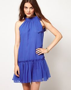 This reminds me so much of the dress Anastasia (the classic animation) wore. A pretty romantic dress =)