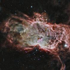 Cúmulo dentro de la Nebulosa de la Flama (NGC 2024). En el centro de la nebulosa, el Cúmulo abierto con la misma catalogación NGC 2024. Las estrellas en las afueras de esta agrupación son más antiguas que las de la región central. Este descubrimiento rompe con las ideas mas simples sobre la formación de estrellas y ocasiona el surgimiento de neuvas teorias que se agrupan en por lo menos tres grandes categorías.
