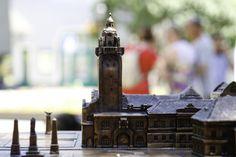 Kiskunhalas, tapintható láthatatlan, városháza, torony, szobor,