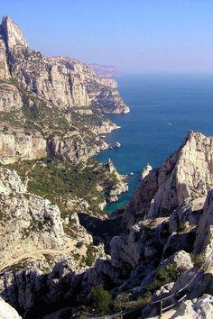 Calanque de sugiton en haut a gauche la grande candelle au fond les falaises de cassis guide du tourisme des bouches du rhone paca