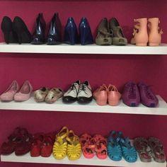 Se você vai organizar os calçados em prateleiras uma boa solução é seguir essa inspiração. Intercale os pares (coloque um pé direcionado para frente e outro para trás) para deixar o modelo todo a vista e distribua por cores e estilo de sapato! ;) #santaajuda #organização  #micaelagoes #GNT #sapatos