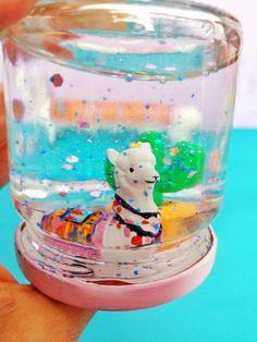 Diese süße Schneekugel könnt ihr ganz schnell und einfach selber basteln. Alles was ihr dazu benötigt ist ein Marmeladenglas, eine Figur und Streudeko. Tolles Last-minute-Geschenk